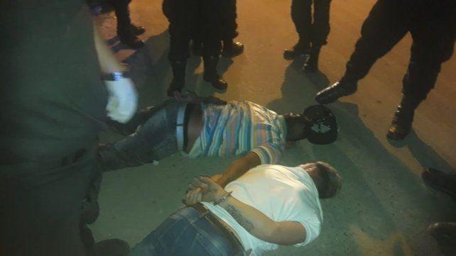 Detienen a dos arrebatadores de celulares que circulaban en un auto robado