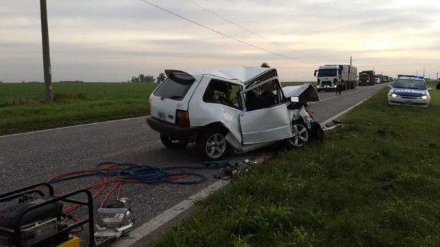 Destrozos. Los autos (en la foto el Fiat) quedaron seriamente dañados como producto del impacto.