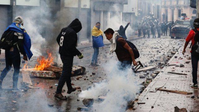 Enojo. Estudiantes y sindicalistas salieron a manifestar violentamente en Quito y otras ciudades.