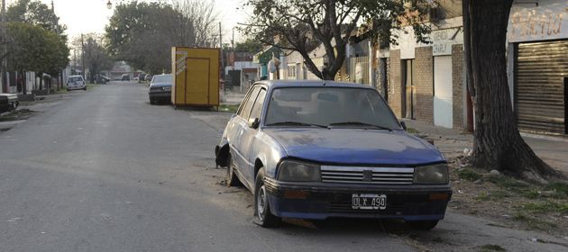 El chico baleado fue encontrado en un auto estacionado sobre la calle. (Foto: S. Meccia)