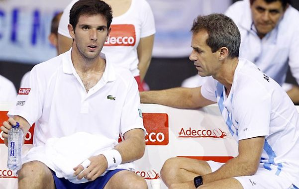 Fede Delbonis escucha al capitán Orsanic.