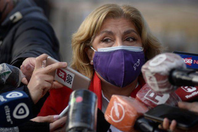 La titular de la cartera sanitaria del gabinete de Omar Perotti frente a los micrófonos.