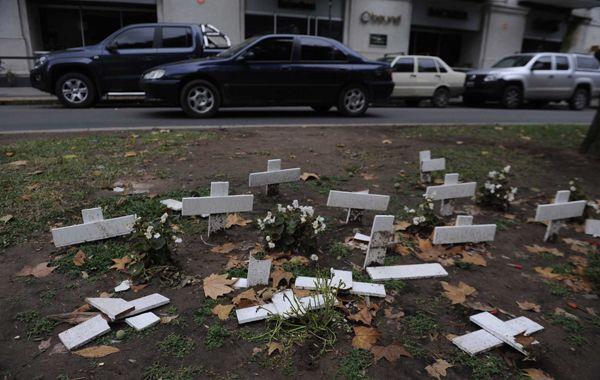 Las cruces aparecieron destrozadas anoche mientras llovía en la ciudad. (Foto: Francisco Guillen)