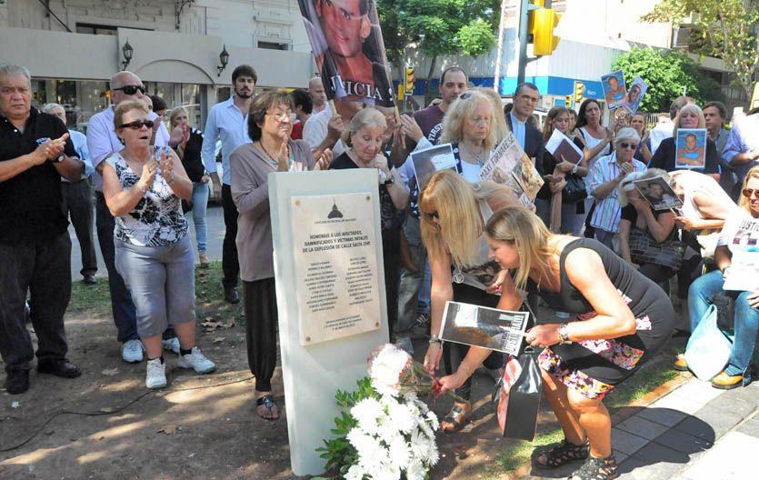 Todos los nombres. El memorial recuerda a los 22 fallecidos.