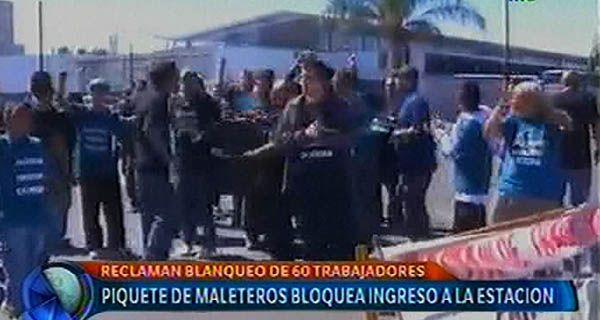 Maleteros de la terminal de ómnibus protestaron en reclamo de blanqueos