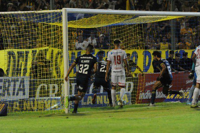Cabezazo y gol. Sebastián Ribas ingresó por Lucas Gamba y en la primera que tocó la mandó adentro para el 1 a 1 parcial.