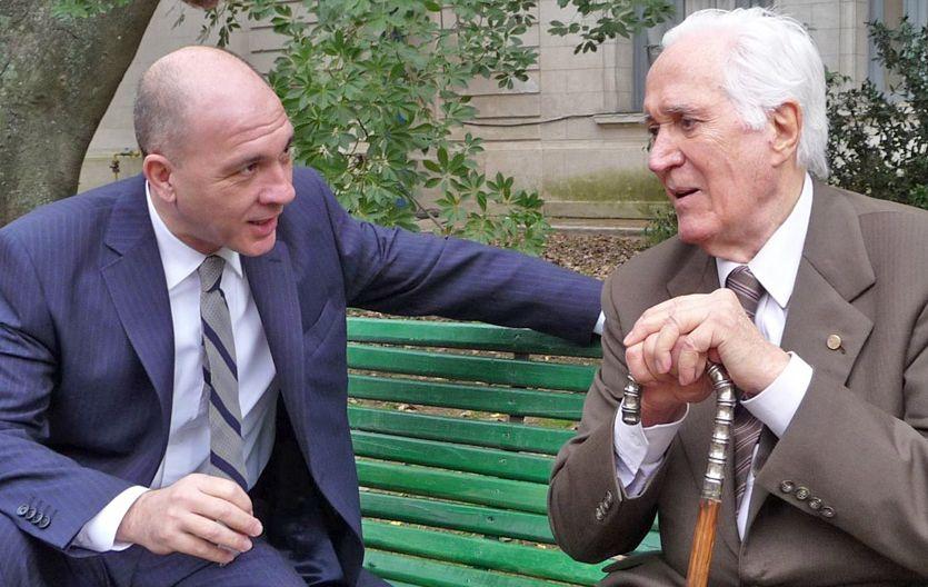 Grandinetti es un bancario que conoce al escritor Jorge Luis Borges