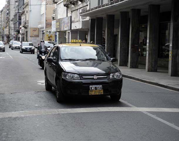 Los taxis circulan con normalidad por las calles de Rosario.