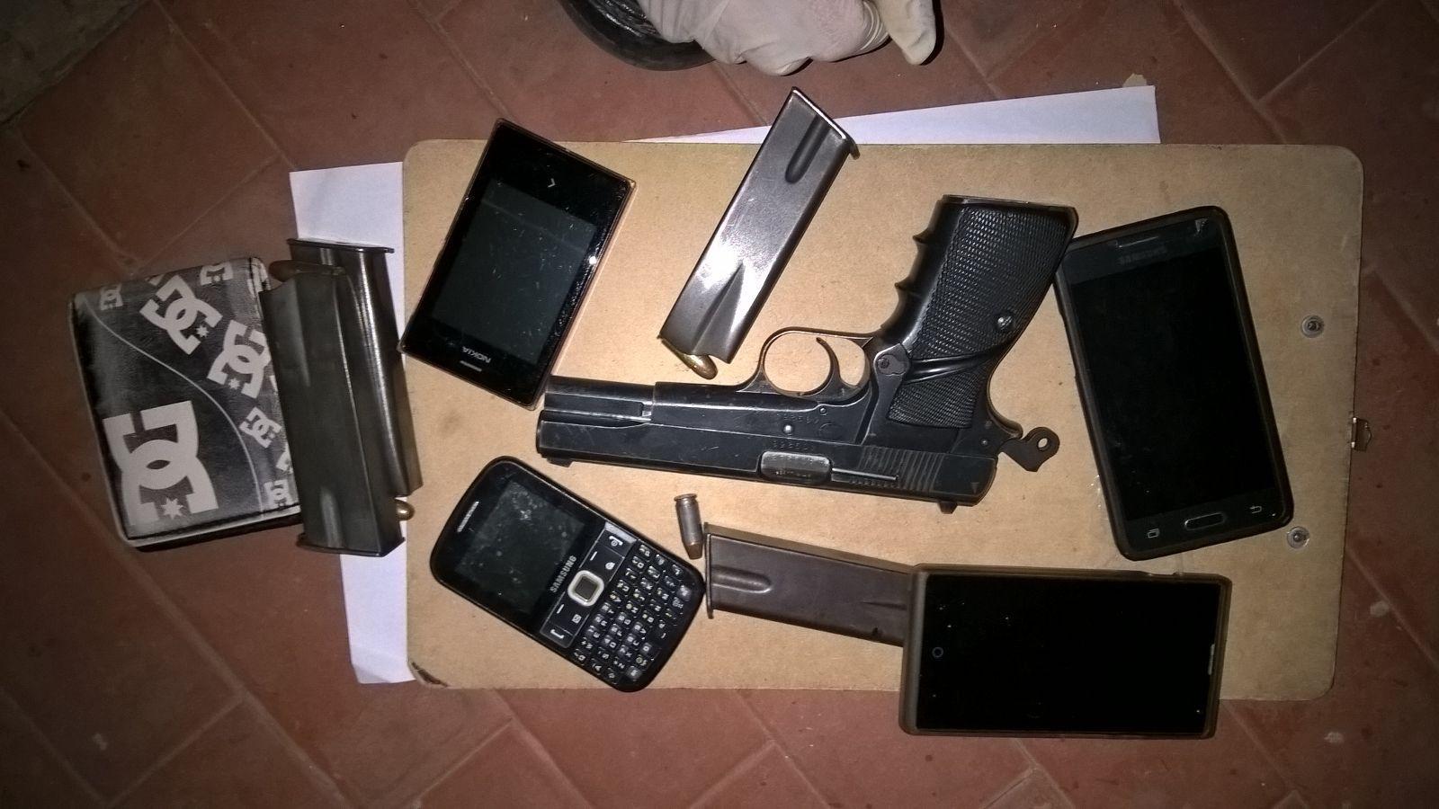 Las armas y municiones secuestradas anoche en la zona sur de Rosario.