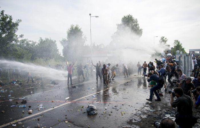 Los migrantes sirios protestan en la frontera entre Hungría y Serbia. (Foto: AP)