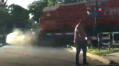 video: el conductor de un auto se baja justo a tiempo y evita ser arrollado por un tren