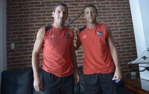 Maxi y su primo Denis Rodríguez durante la producción para La Capital en enero pasado en Necochea.