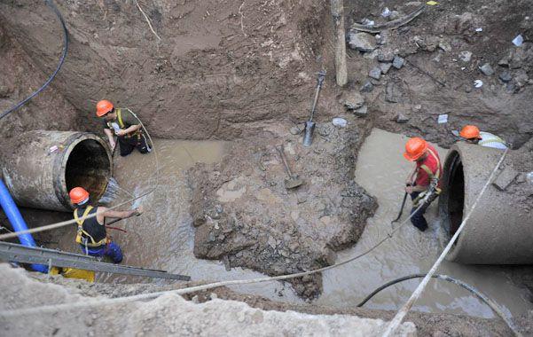 En profundidad. Operarios limpiaron la zona del pozo donde se prevé ensamblar una nueva pieza en pos de restablecer el suministro de agua.