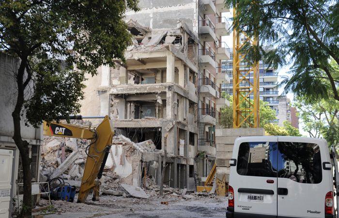 Los restos de los edificios que colapsaron hace más de dos años. (Foto La Capita/Archivo)