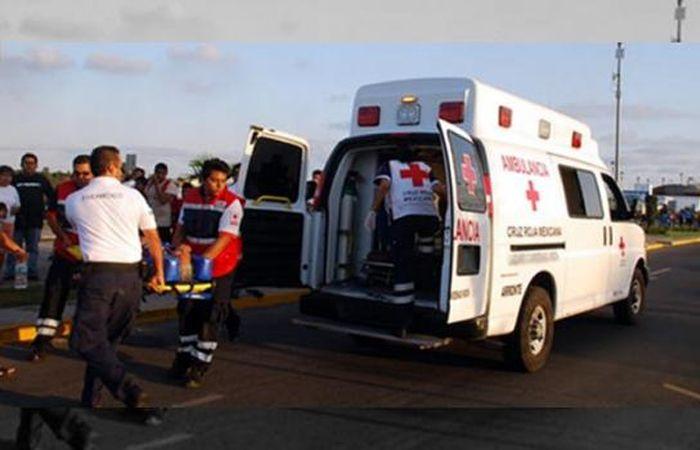Los heridos son trasladados en ambulancia tras el fuerte choque.