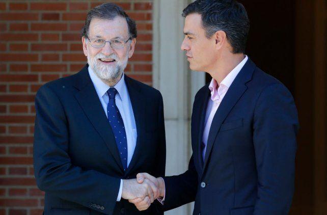 El primer ministro Mariano Rajoy recibió al líder de la oposición Pedro Sánchez para analizar opciones por la crisis en Cataluña.