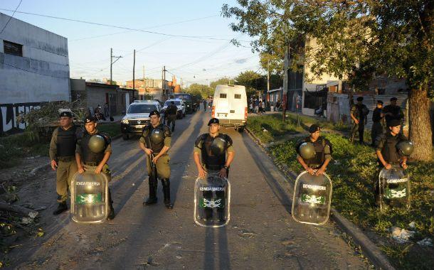 Otros tiempos. Gendarmes franquean el paso en uno de los barrios más violentos de Rosario. Ahora