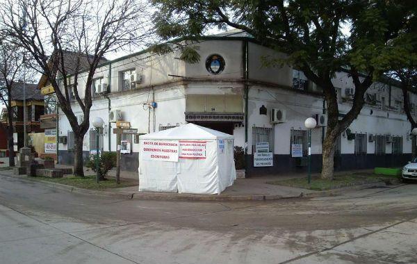 Una carpa se levantó en las inmediaciones del municipio.
