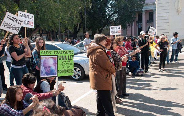 Con carteles cientos de manifestantes se expresaron ante la Legislatura.