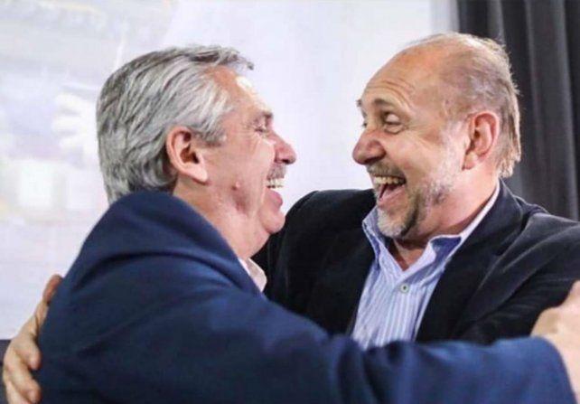 Venga ese abrazo. Alberto Fernández viene a la asunción de Omar Perotti. (Foto de archivo)