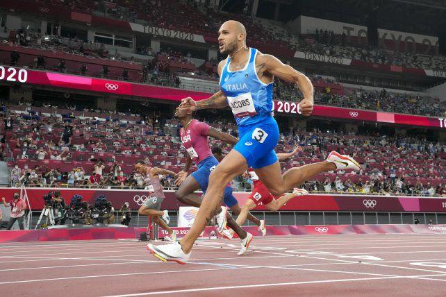 El italiano Lamont Jacobs ganó la medalla dorada en los 100 metros masculino