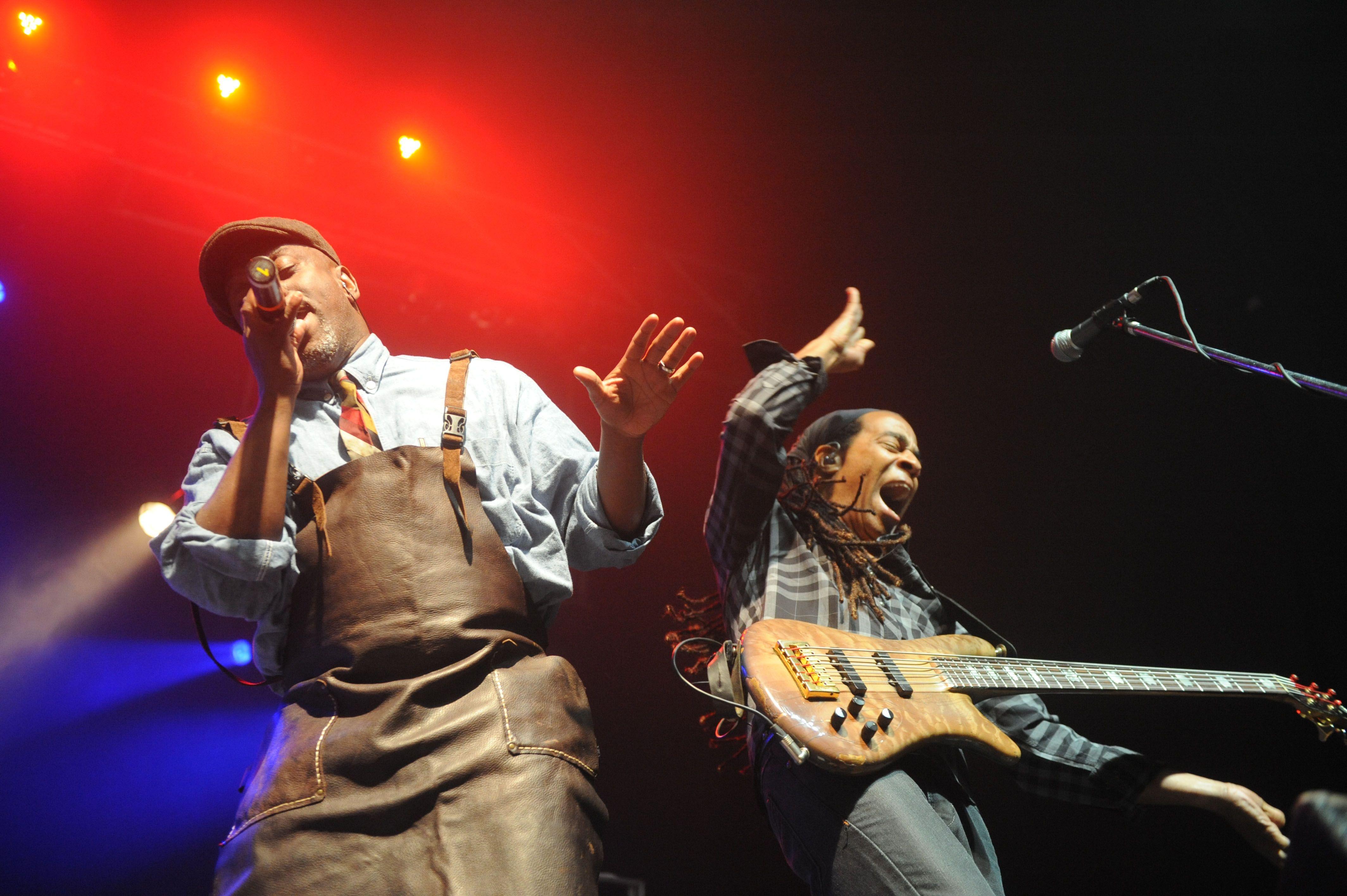 El cantante Corey Glover y el bajista Doug Wimbish