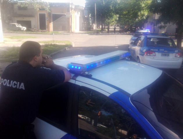 El operativo se desplegaba esta mañana por varias cuadras del barrio. (Foto: S. Suárez Meccia)