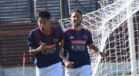 Desahogo charrúa.Gonzalo Gómez anotó el tanto del matador ante el gallego y recibe el saludo de sus compañeros