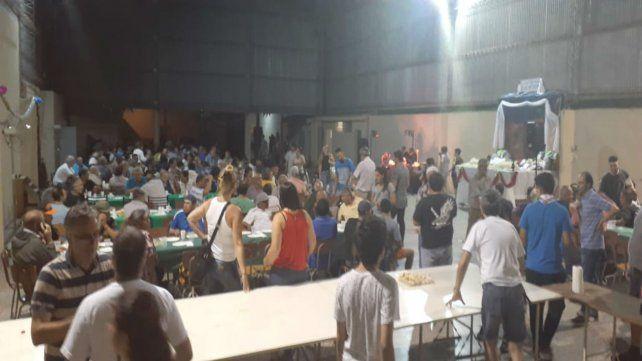 Una multitud disfrutó del asado solidario en la parroquia Inmaculada Concepción.