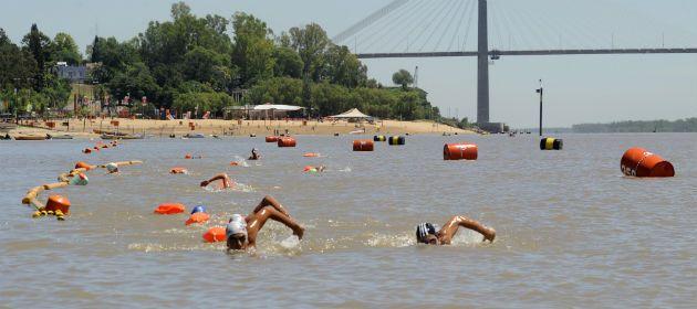 Exhibición. Nadadores de diferentes clubes recorren el carril inaugurado este mediodía. (Foto: Celina M. Lovera)