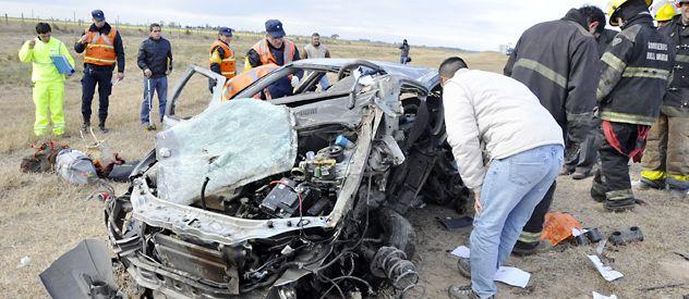 El Fiat Palio quedó totalmente destrozado. De su interior sacaron los cuerpos de dos mujeres.