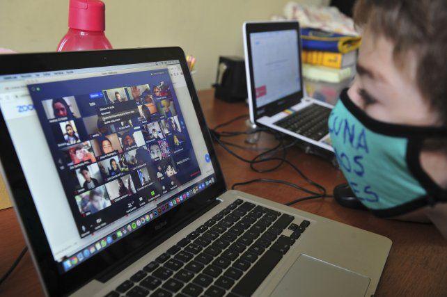 Las horas frente a los dispositivos electrónicos provocan consecuencias en la salud.