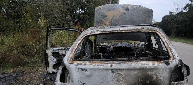 Uno de los tantos vehículos que fueron incendiados en la vía pública en Santa Fe. (Gentileza: Diario UNO Santa Fe)