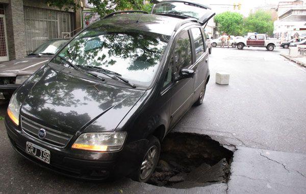 Un auto quedó atrapado al hundirse parte del pavimento