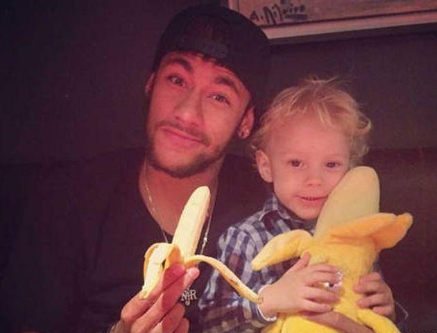 Dio el ejemplo: Villarreal echó de por vida al que le tiró la banana a Dani Alves