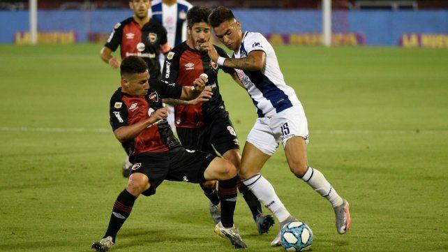 Panchito González trata de robarle el balón a Enzo Díaz