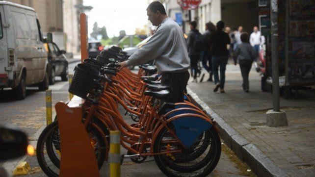 pedalear. Los rosarinos utilizan cada vez con más frecuencia los rodados para transitar por la ciudad.