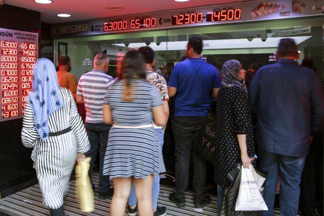 Devaluación. La moneda nacional turca perdió más del 63% de su valor frente al dólar desde inicios de año.