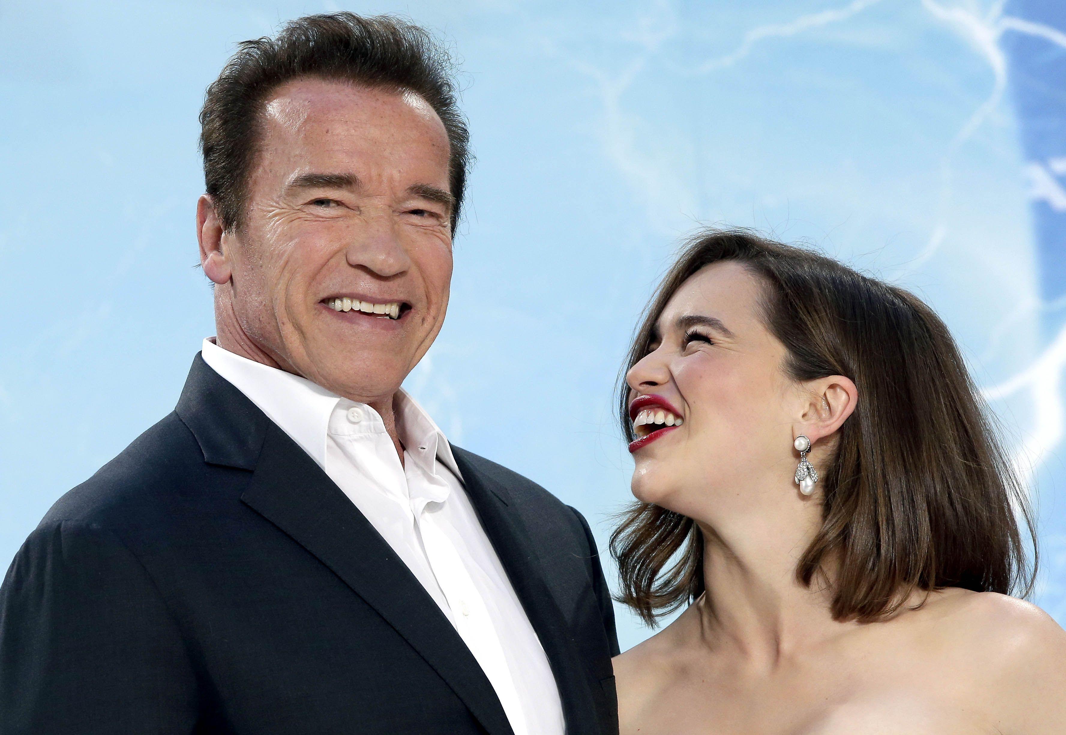 de regreso. Arnold junto a Emilia Clarke