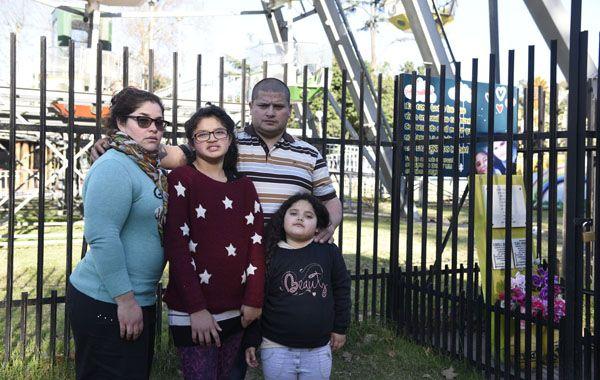 Cristian estuvo junto a su familia en el lugar donde una placa recuerda el fallecimiento de sus hijas. (Foto: Héctor Río)
