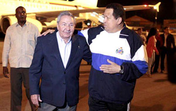 Raúl Castro recibió a Chávez esta madrugada en La Habana.