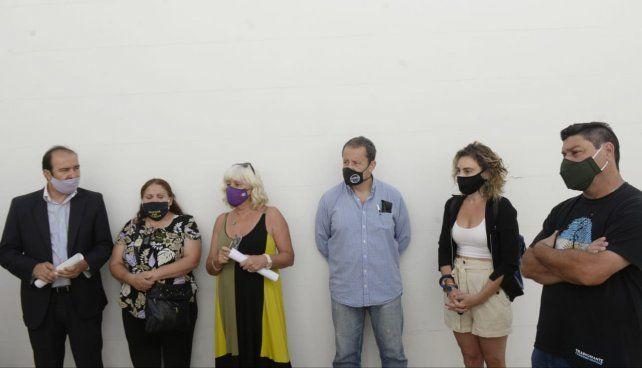 La diputada provincial Matilde Bruera (tercera de izquierda a derecha) participó de la conferencia de prensa.