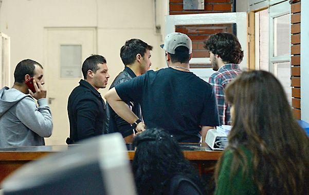 """Custodiado. Matías Capozucca (segundo desde la izquierda) convocó a """"amigos"""" para bloquear el paso de la prensa."""