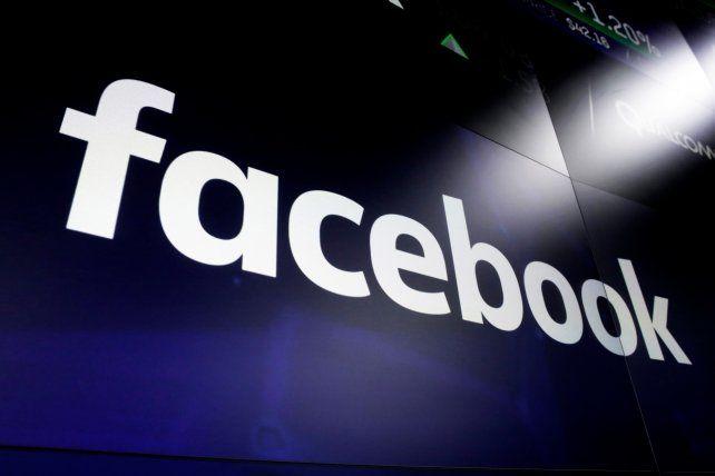 El logo de Facebook en el panel del Nasdaq en Wall Street.