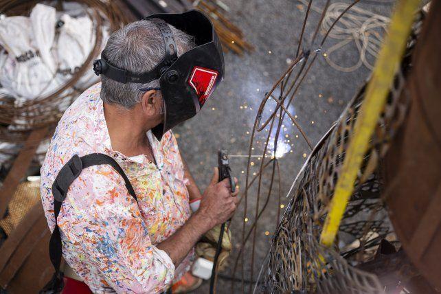 Se necesitaron alrededor de 200 horas de soldadura, 10 mil bulones y casi un mes de trabajo ininterrumpido para hacer la obra de la virgen de metal que mide casi seis metros (Foto; Marcos Navarro)