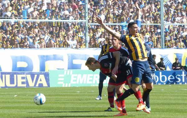Boyé lucha por la pelota con el mediocampista Domínguez.