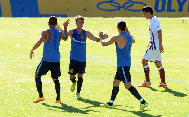 Cervi (centro) choca las palmas con dos compañeros tras el gol.