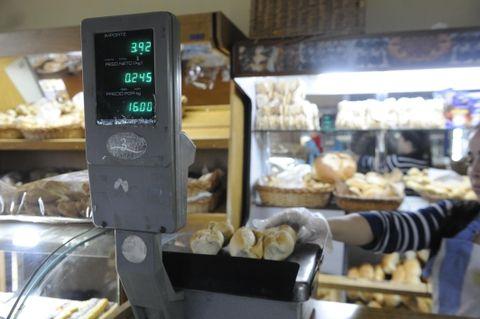 La harina se disparó y hay alerta por el precio del pan