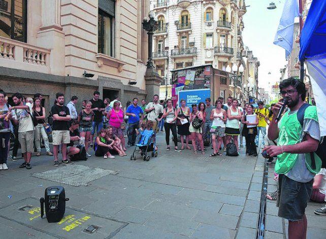 Marcha. Trabajadores y becarios se manifestaron en la peatonal.