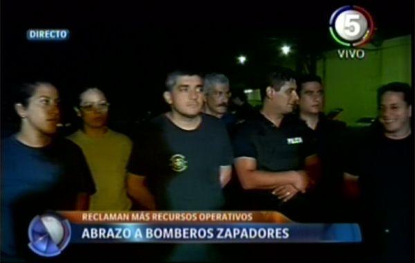 Más de 200 vecinos hicieron un abrazo simbólico a los bomberos zapadores